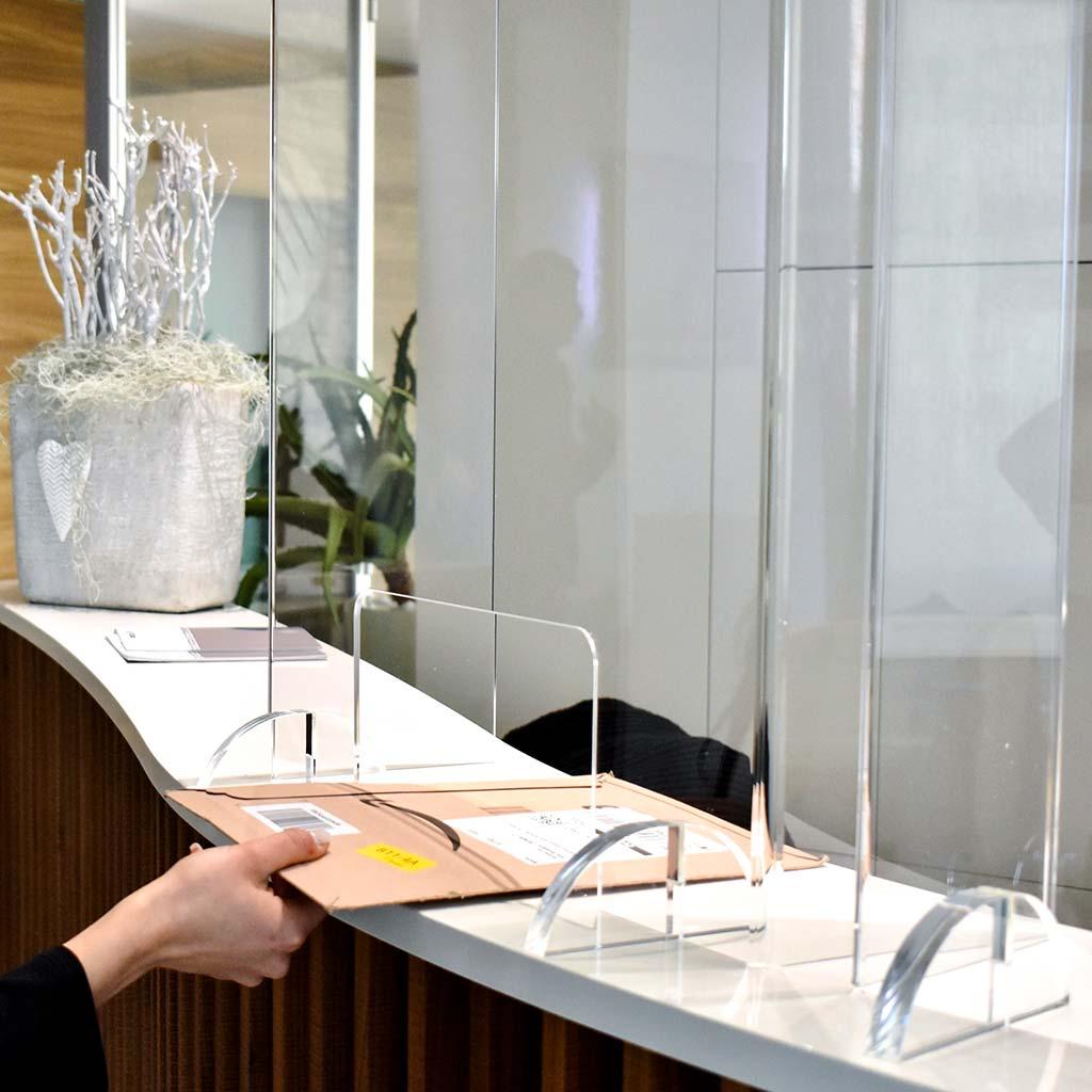 Protezione standard in plexiglas da banco con piedini - Stylplex